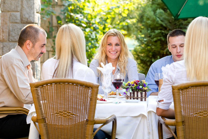 午餐餐馆的年轻商人 免版税库存照片