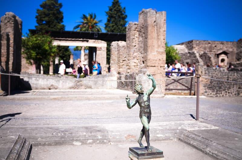 半人半兽状的神,庞贝城废墟的议院 库存照片