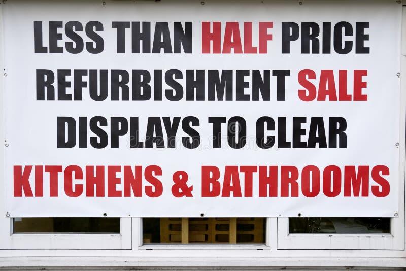 半价格销售商店窗口标志厨房卫生间清除标志的整修显示 库存图片