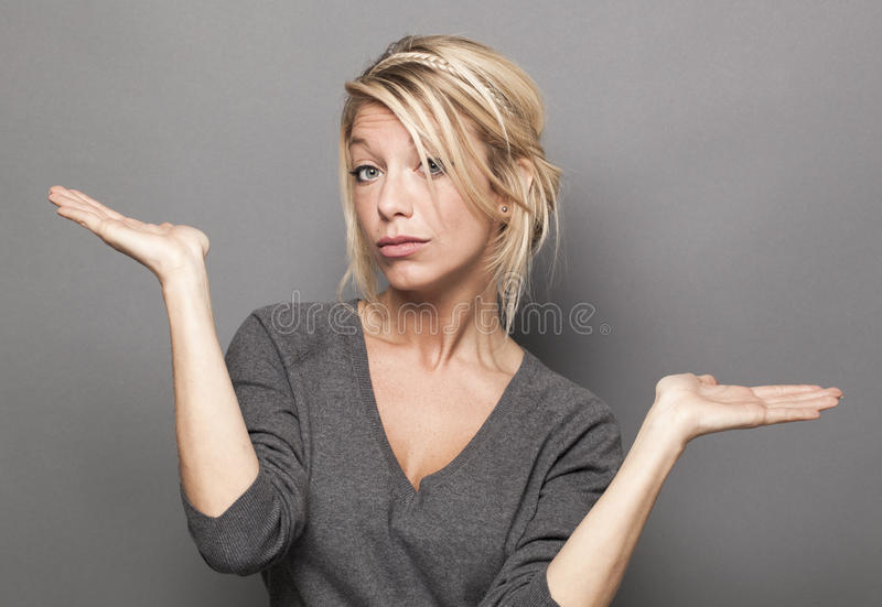半信半疑的20s白肤金发的妇女的肢体语言概念 库存照片