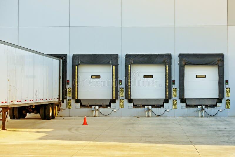 半卡车和仓库 库存照片
