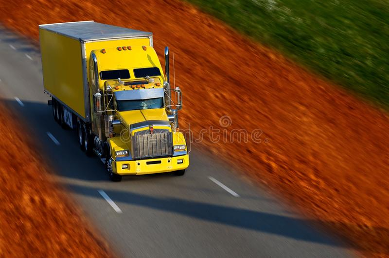 半卡车黄色 免版税库存照片