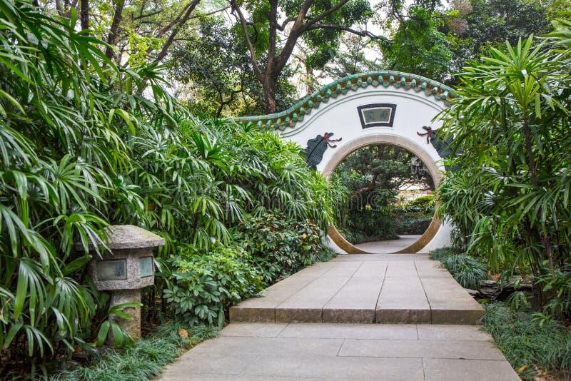 半圆拱在兰花庭院里 免版税库存照片