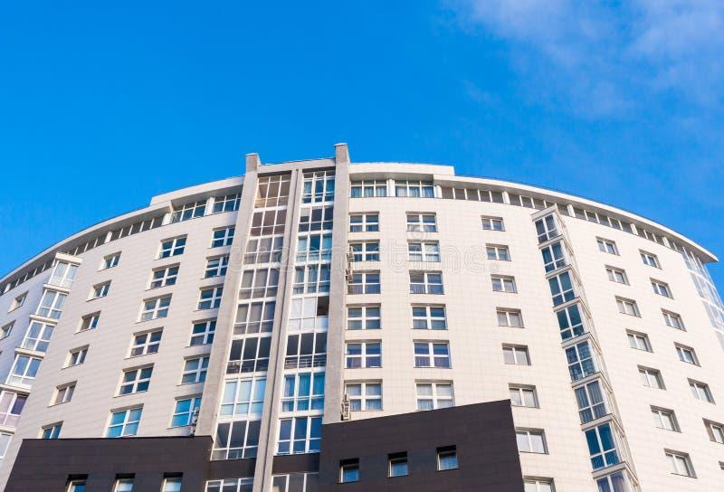 半圆现代住宅房子上面反对蓝天的 库存图片