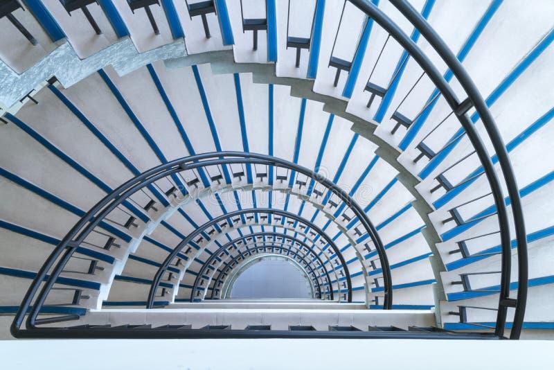 半圆螺旋形楼梯特写镜头 免版税库存照片