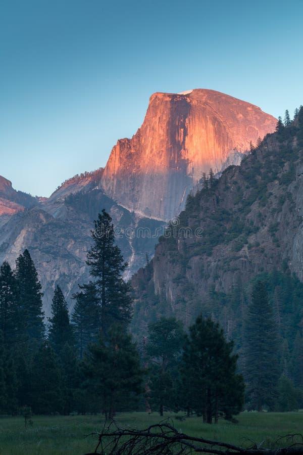 半圆顶优胜美地国家公园视图从谷的在与树和岩石的五颜六色的日落期间 E 免版税库存图片