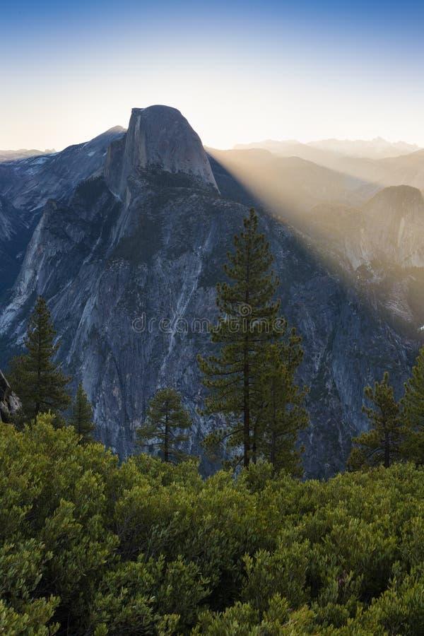 半圆顶和尤塞米提谷在五颜六色的日出期间的优胜美地国家公园与树和岩石 加利福尼亚,美国好日子 库存照片