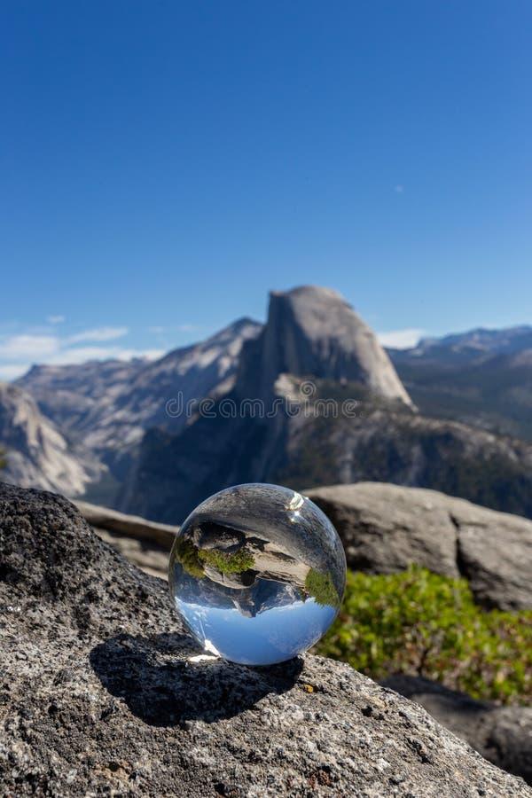 半圆顶被反射在水晶球形里面,优胜美地国家公园 免版税库存图片