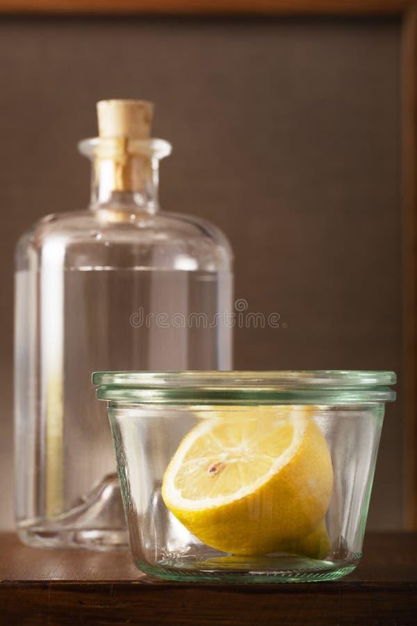 半在葡萄酒小玻璃罐的一个柠檬 免版税库存图片