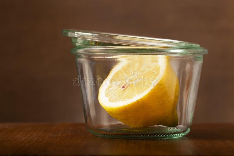 半在葡萄酒小玻璃罐的一个柠檬 库存照片