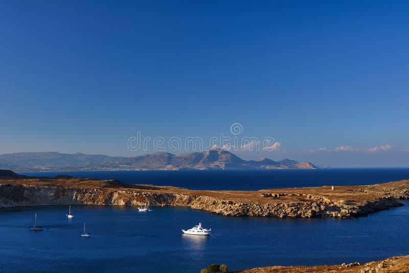 半岛和山在希腊海岛上 免版税库存图片