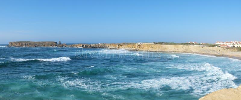 半岛Papoa - Peniche在有Atlan波浪的莱利亚区  库存照片