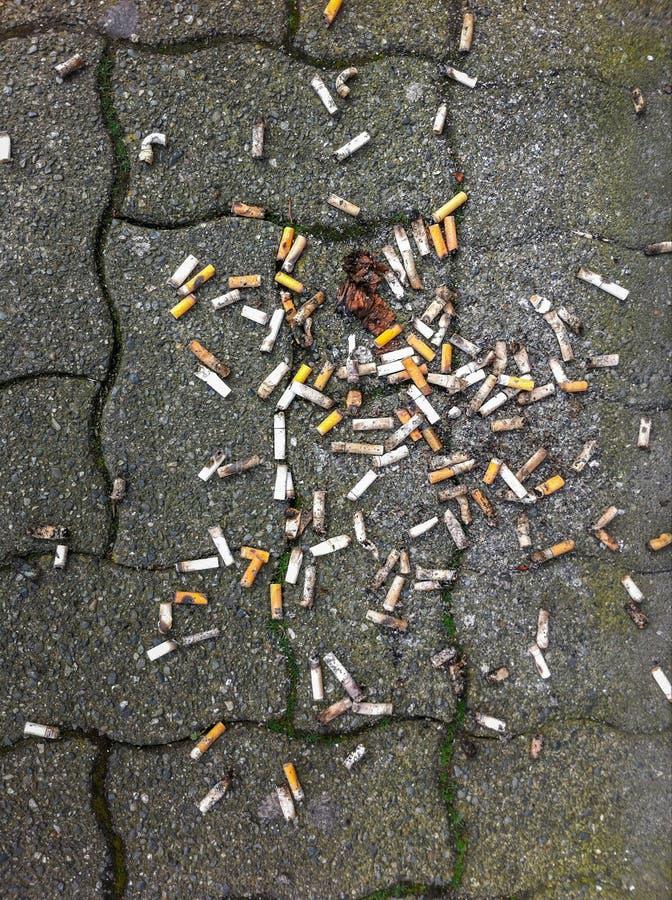 半新烟头在地面溢出了户外 库存图片