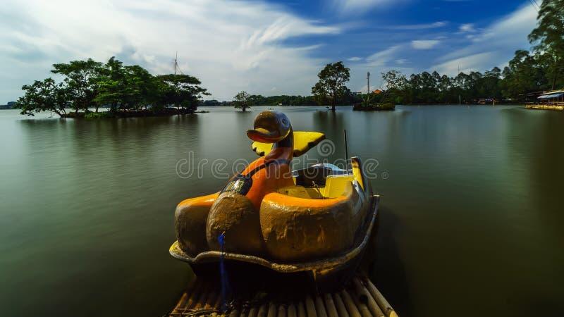 半新的偏僻鸭子小船等待 图库摄影