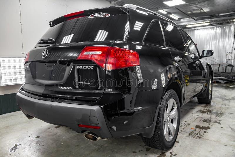 半新Acura MDX背面图与站立在详述的车间的轻的服务框的红色尾灯的2008年黑色 库存照片