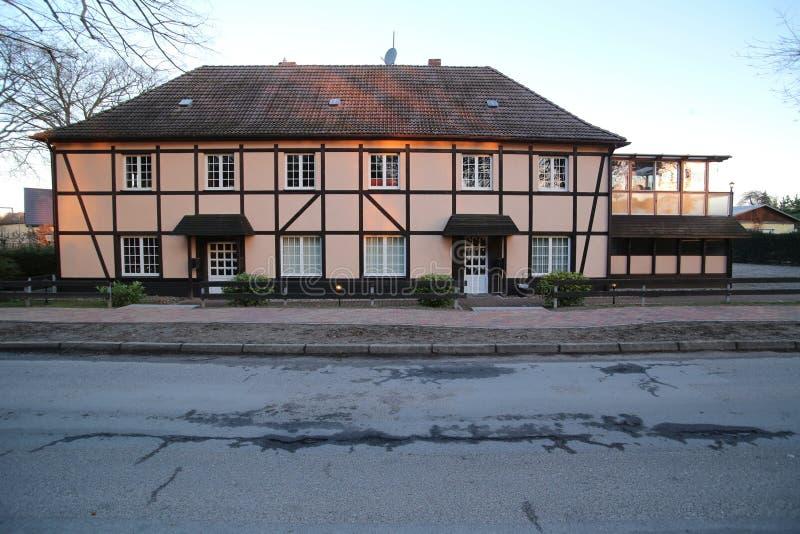 半木料半灰泥的二层楼的房子在Weitenhagen,梅克伦堡福尔波门,德国 库存照片