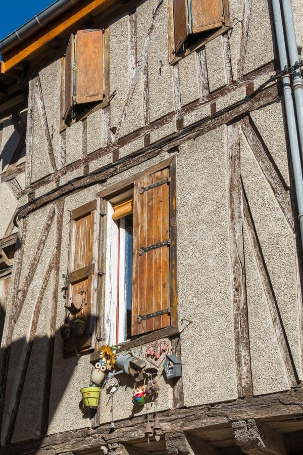 半木料半灰泥的房子在Soreze村庄,法国 免版税库存图片