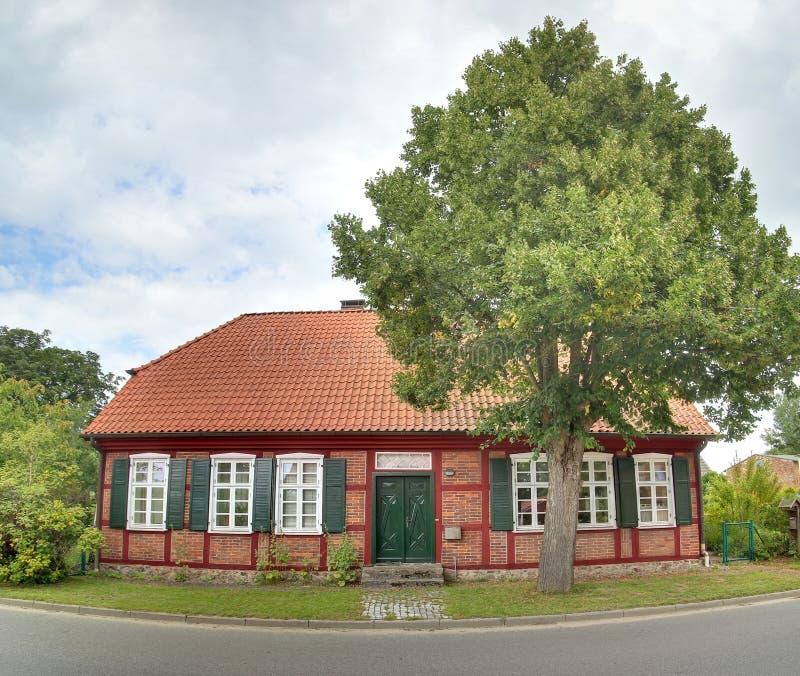 半木料半灰泥的房子,列出作为纪念碑,在Gristow,梅克伦堡福尔波门,德国 图库摄影