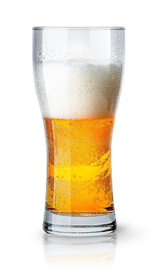 半杯与泡沫的低度黄啤酒 库存图片