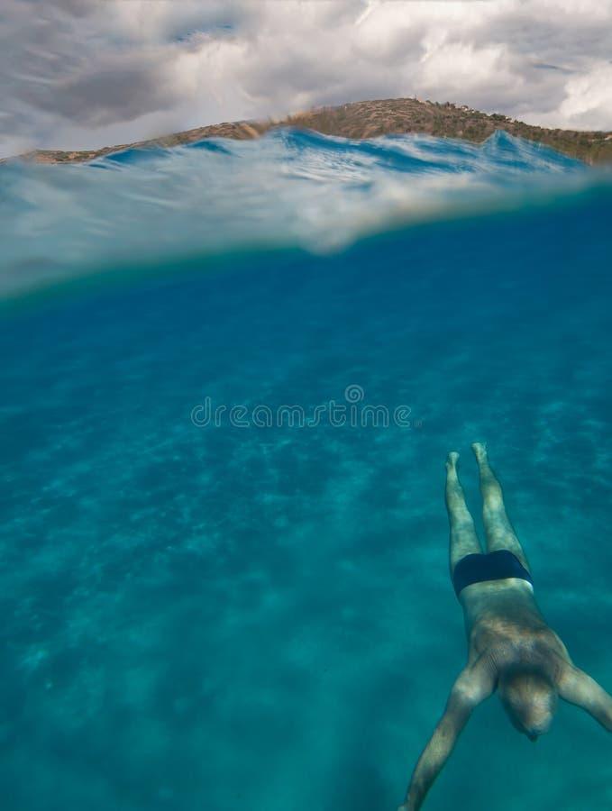 半水下的观点的有惊人的风景的一名老人在南撒丁岛命名了桃莉Pintau -意大利2 免版税图库摄影