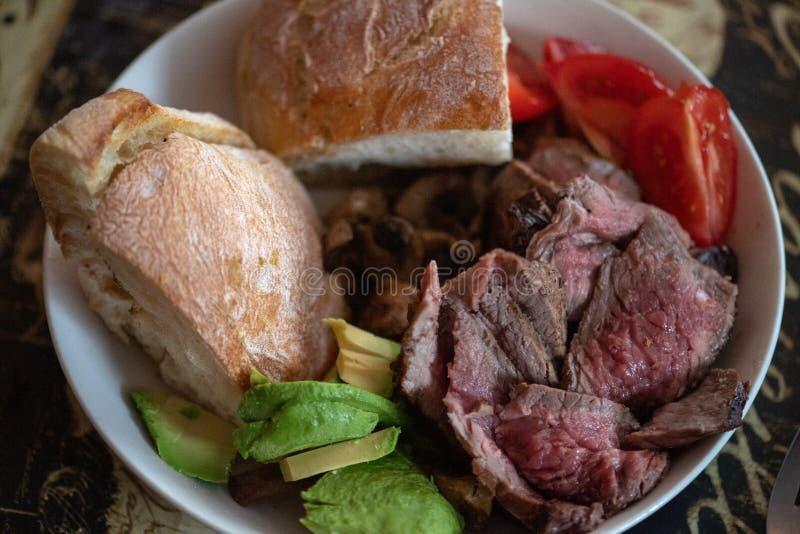 半生半熟被切的牛肉碗 库存图片
