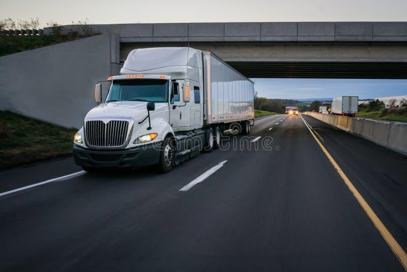 半白色18轮车卡车和天桥 图库摄影