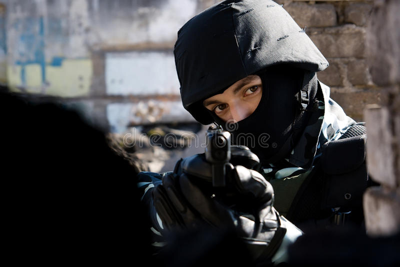 半自动手枪战士 图库摄影
