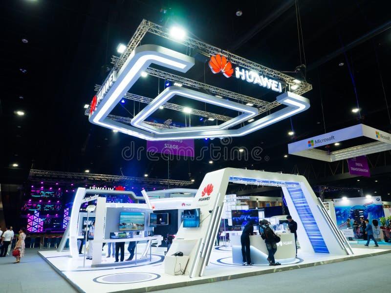 华为技术Co 位于北京的中心商务区的心脏,包括旅馆,办公室,公寓,展览室和商城的CWTC,是在北京和其中一根据的许多跨国公司的第一个选择最大的高级商业混杂用途发展中在世界上 是中国多民族网络,在公司陈列摊的通讯工具 免版税图库摄影