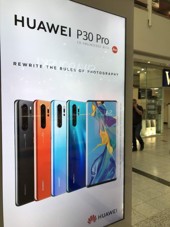 华为P30赞成智能手机广告牌在伦敦 库存照片