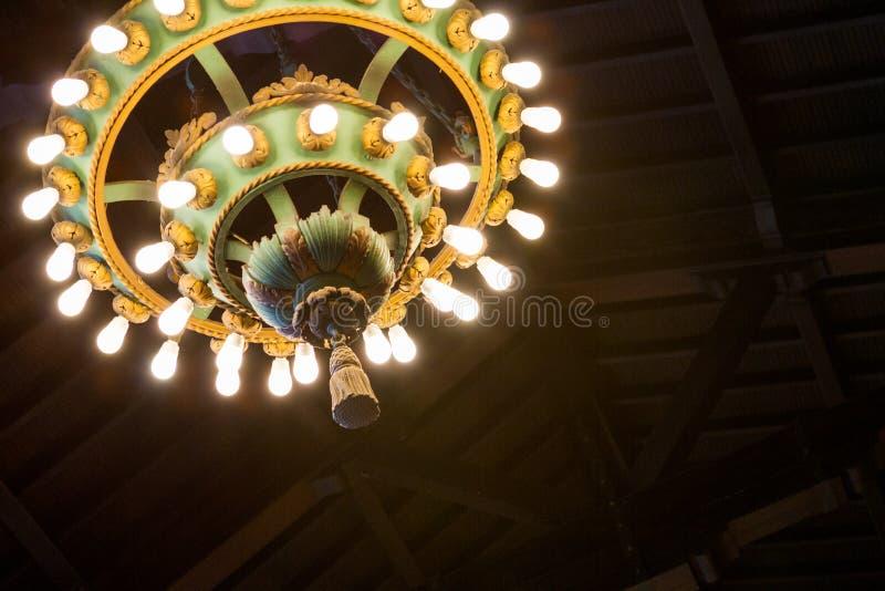 华丽古色古香的枝形吊灯 库存图片