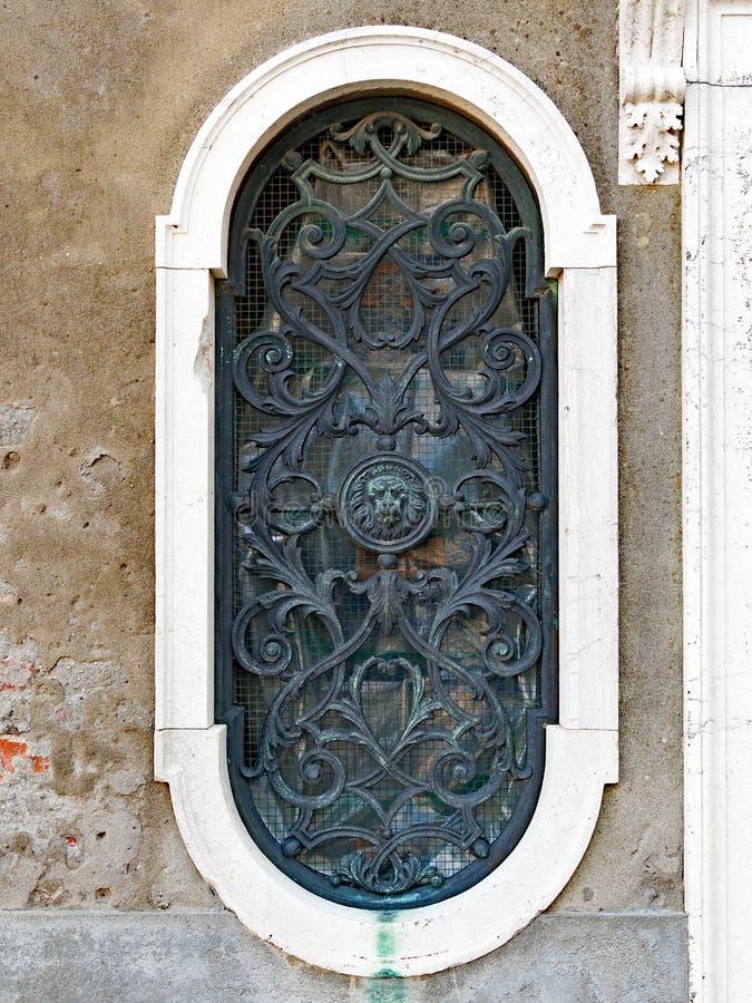 华丽古铜色窗口格栅,威尼斯,意大利 库存图片