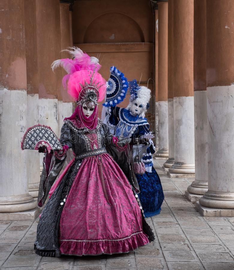 华丽服装的被掩没的妇女在威尼斯狂欢节 免版税库存照片