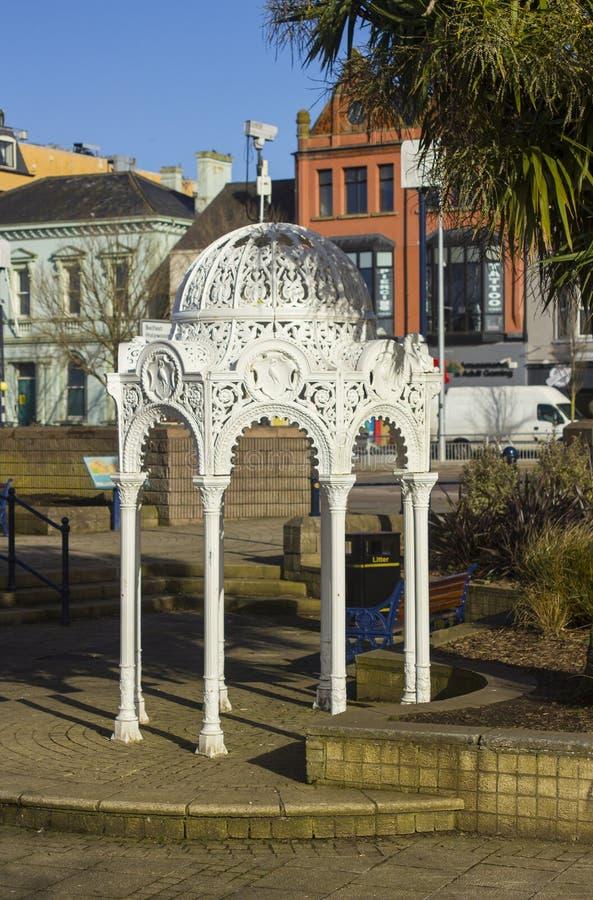 华丽维多利亚女王时代的喷泉生铁在沉园里在曼格一晴朗的afternoo的唐郡北爱尔兰 库存照片