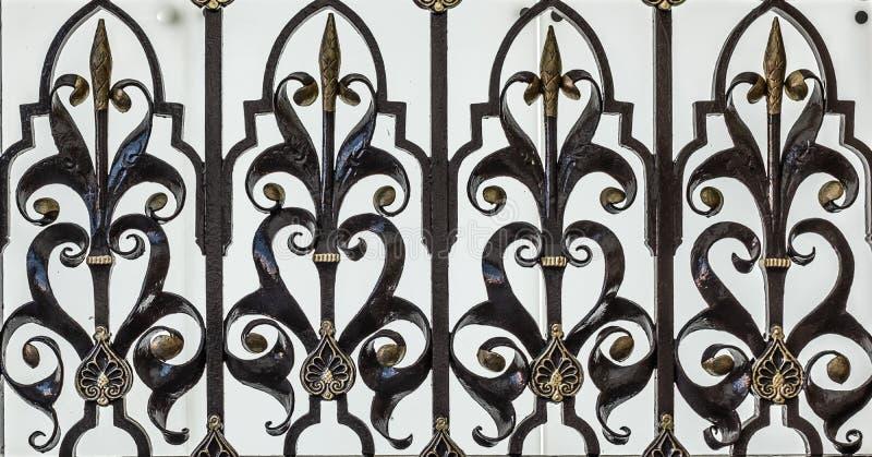 华丽黑色和金铁栅栏 库存图片
