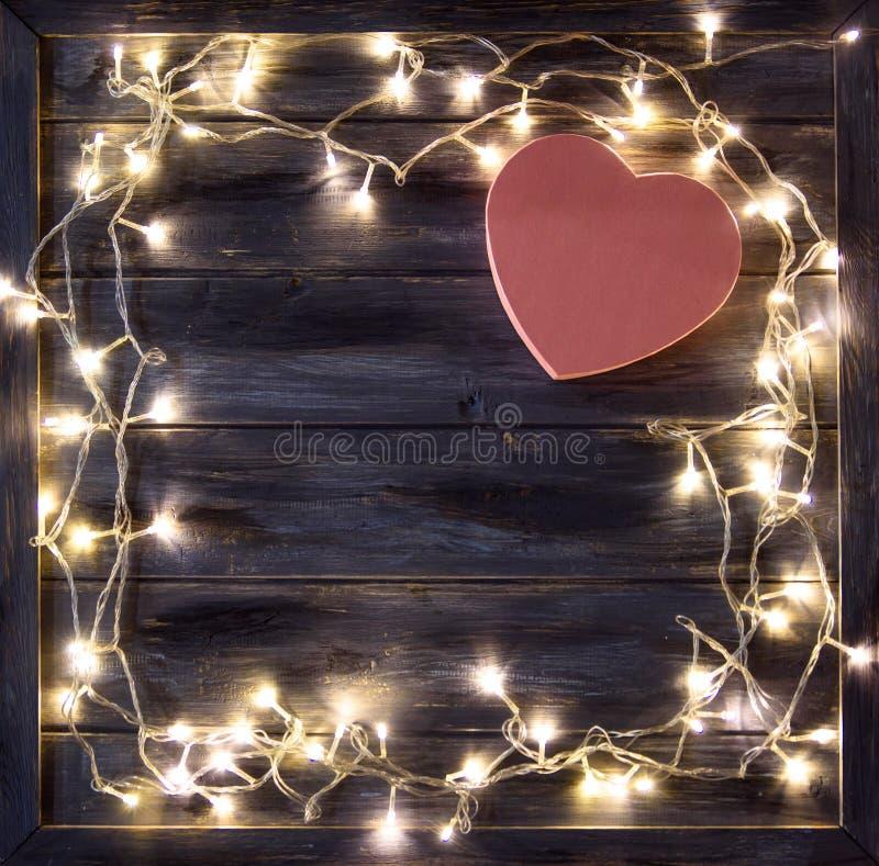 华伦泰与一个诗歌选和礼物盒的` s天的概念在木背景的形状心脏 库存图片