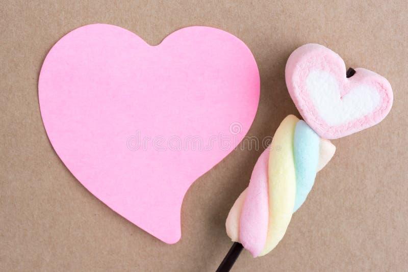 华伦泰与空白的笔记的心脏糖果 免版税库存照片
