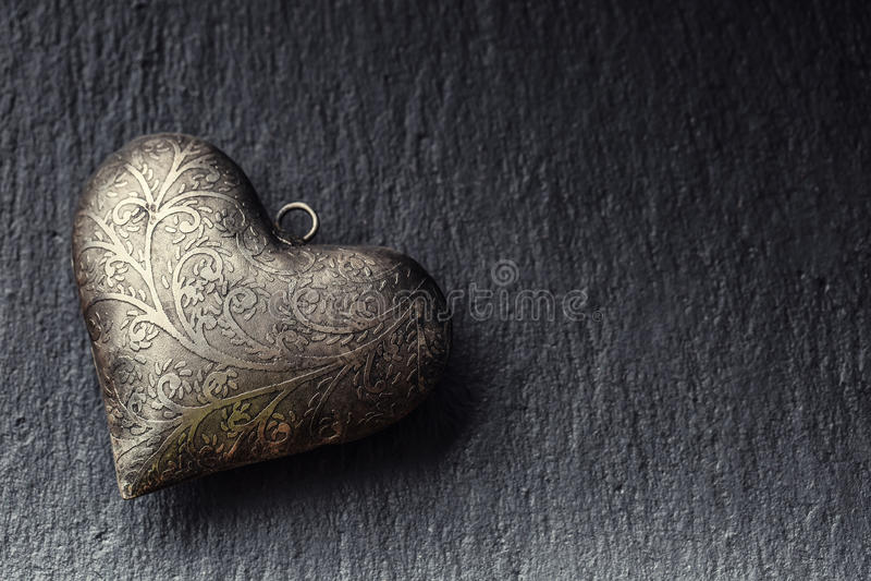华伦泰在花岗岩板的金属心脏 与装饰品的华伦泰的两银色心脏 爱华伦泰和婚礼之日的心脏 免版税图库摄影