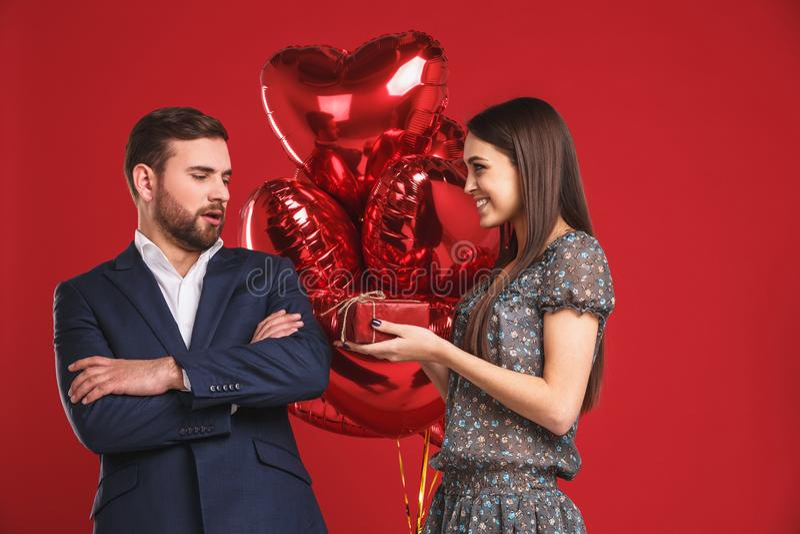 华伦泰年轻爱恋的加上` s照片气球心脏 库存图片