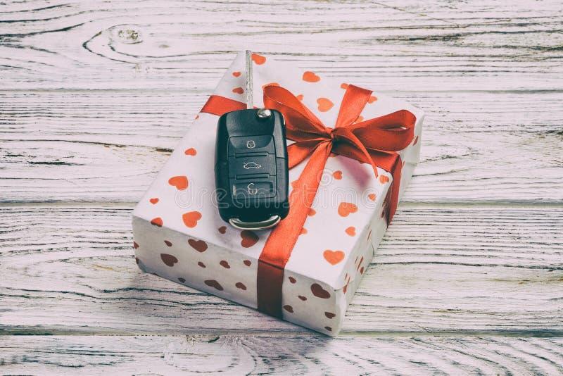 华伦泰或其他假日手工制造礼物在纸与红心、汽车钥匙和礼物盒在假日封皮 在白色的箱子礼物 免版税库存照片