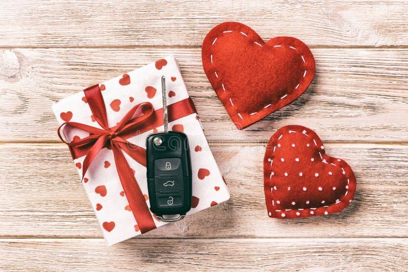 华伦泰或其他假日手工制造礼物在纸与红心、汽车钥匙和礼物盒在假日封皮 箱子礼物 库存图片