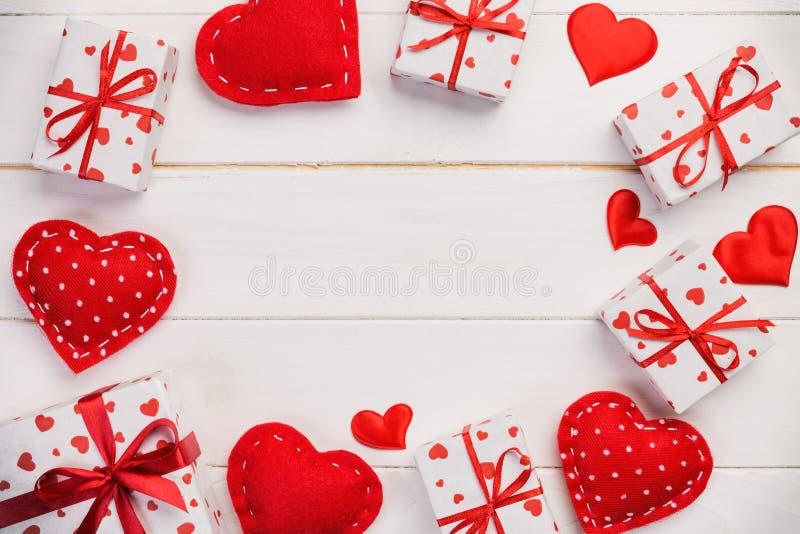 华伦泰或其他假日手工制造礼物在纸与红心和礼物盒在假日封皮 在白色的当前箱子礼物 免版税图库摄影