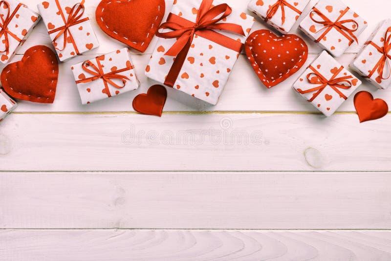 华伦泰或其他假日手工制造礼物在纸与红心和礼物盒在假日封皮 在白色的当前箱子礼物 免版税库存照片