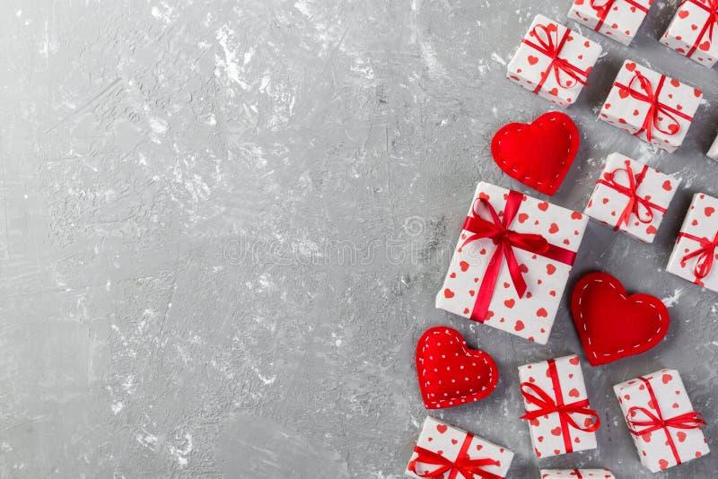 华伦泰或其他假日手工制造礼物在纸与红心和礼物盒在假日封皮 当前箱在灰色的礼物 库存照片
