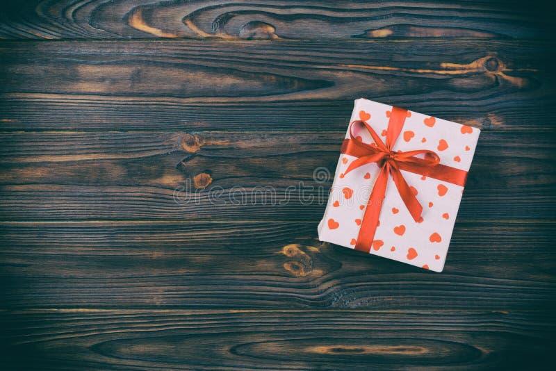 华伦泰或其他假日手工制造礼物在纸与红心和礼物盒在假日封皮 当前箱在黑暗的礼物 图库摄影
