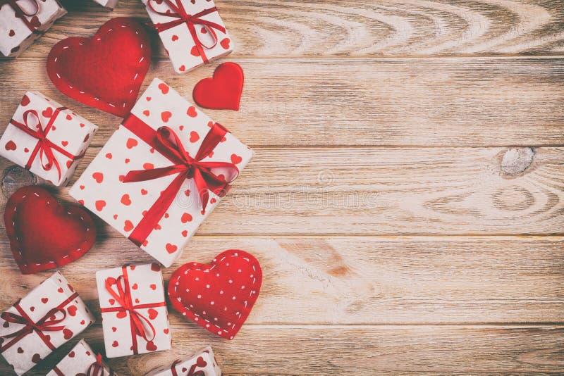 华伦泰或其他假日手工制造礼物在纸与红心和礼物盒在假日封皮 当前箱礼物 库存图片