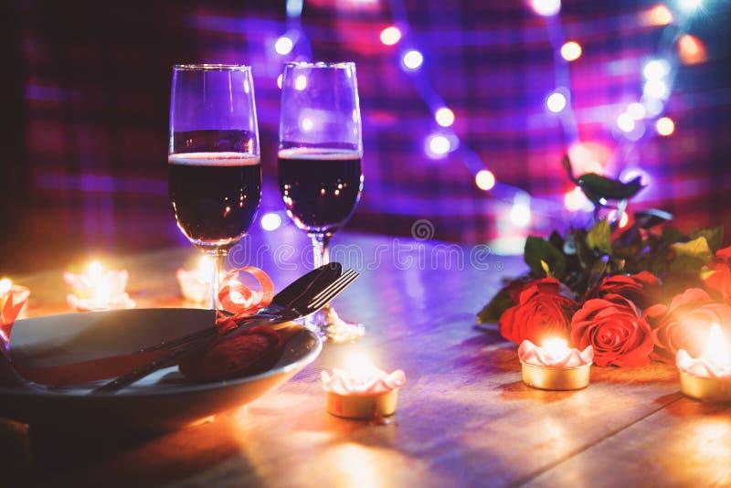 华伦泰晚餐浪漫爱概念/用红心叉子匙子装饰的浪漫桌设置 库存图片