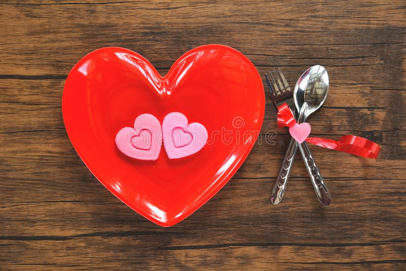 华伦泰晚餐浪漫爱烹调概念-浪漫桌设置的食物和爱 免版税库存照片