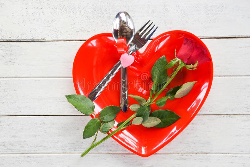 华伦泰晚餐浪漫爱烹调概念-浪漫桌设置的食物和爱 图库摄影
