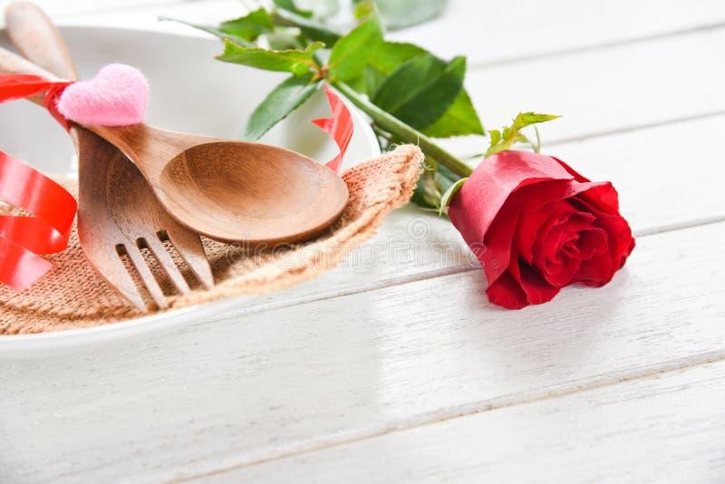 华伦泰晚餐浪漫爱烹调概念-浪漫桌设置的食物和爱 库存照片