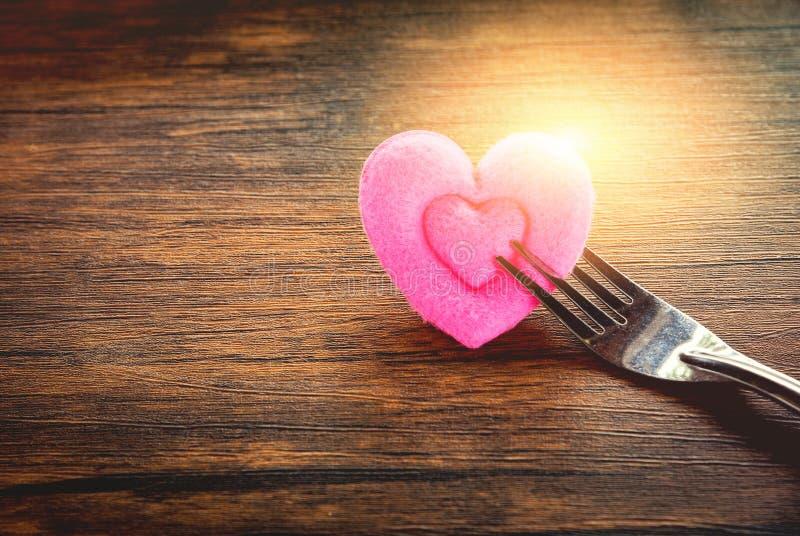 华伦泰晚餐浪漫爱食物和喜爱烹调概念-装饰的浪漫桌设置 免版税库存照片